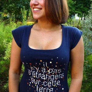 """T shirt femme etranger 300x300 - T-shirt pour femme """"Il n'y a pas d'étrangers sur cette terre"""""""