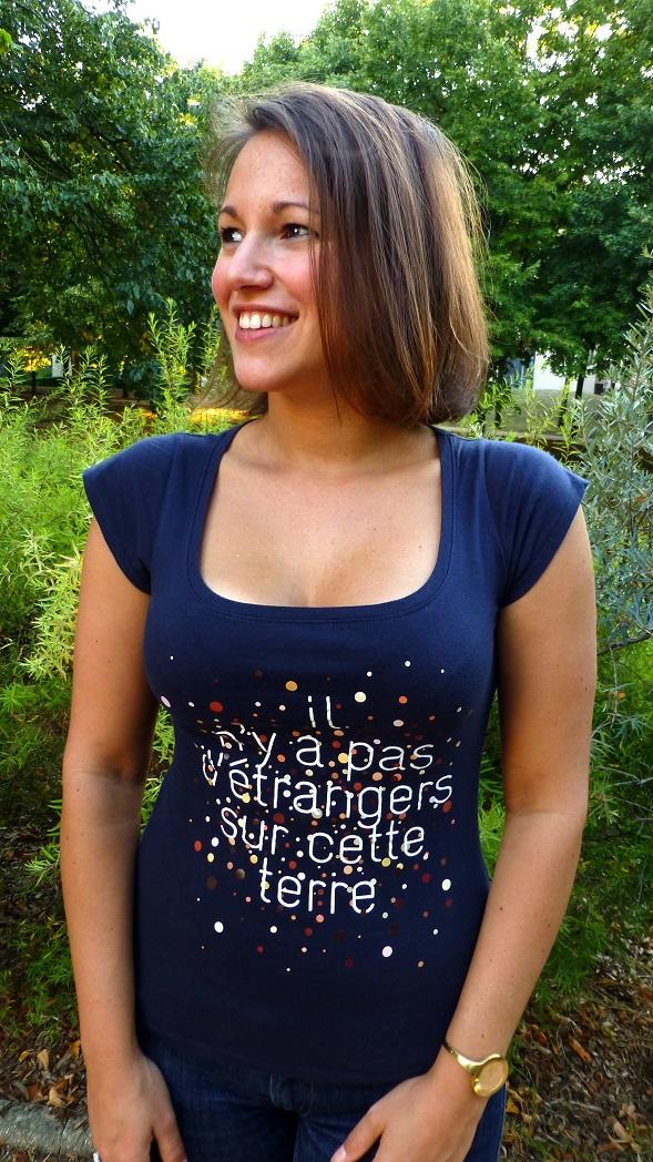 """T shirt femme etranger - T-shirt pour femme """"Il n'y a pas d'étrangers sur cette terre"""""""